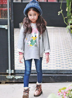 """<font color=#8e5b69><font color=#8c4458>*</font> JKIDS 2016 F / W *</font> <br> Daisy Ribbon One on one <br> <font color=""""#9f9f9f"""">* lovely daisy printing * <br> Comfortable wear * Daily * One on one</font>"""