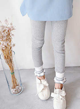 """Double Ruffle Leggings <br> <font color=""""#9f9f9f"""">* Every day lovingly * <br> * Pretty full daily leggings *</font> <br> <font color=""""#a84c59"""">* Delayed arrival * <br> March 26 Estimate storage <br></font>"""